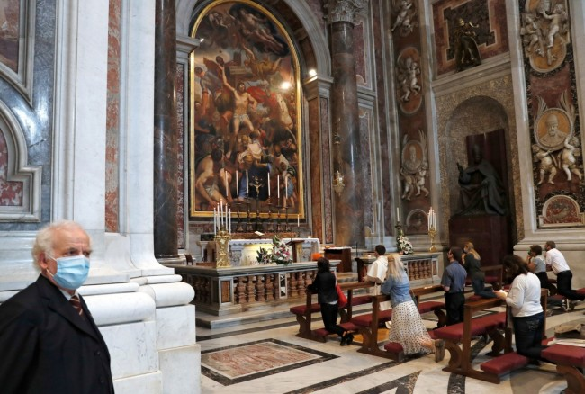 St. Peter's Basilica to Re-open for the Faithful as Italy Eases Restrictions