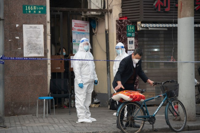 Chinese Residents in Virus Lockdown Assaults Pandemic Control Volunteer with Fatal Results